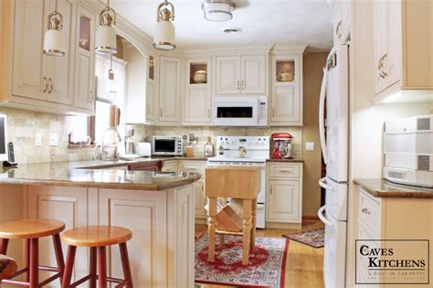 traditional kitchen with peninsula