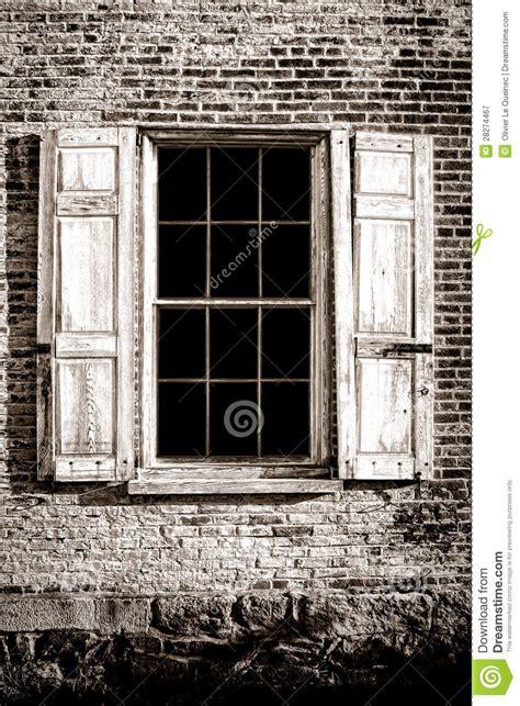 vieux volets en bois vieux volets d hublot et en bois sur le mur de briques antique photographie stock libre de