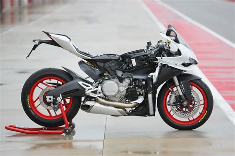 Review Ducati Panigale by 2014 Ducati 899 Panigale Review Visordown