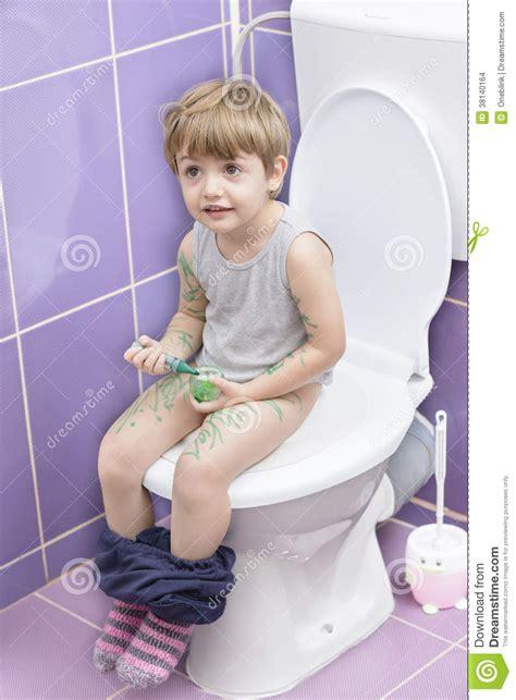 b 233 b 233 sur la toilette images stock image 38140164