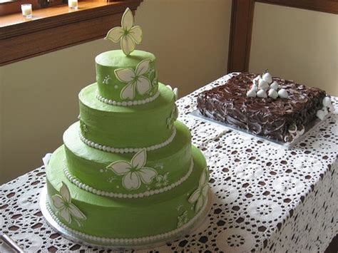 Green Wedding Cake Photo With White Flowers