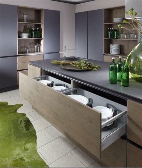 cuisine design italienne avec ilot cuisine design en laque et grand casserolier bi matière