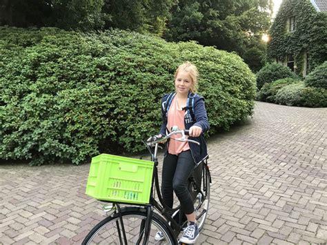 prinses alexia stapt gewoontjes gekleed op de fiets naar school show adnl