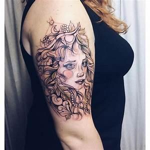 Tattoos Schulter Oberarm Frau : tattoos schulter oberarm frau amazing schildkrte motiv oberarm tattoo mann das maori tattoo die ~ Frokenaadalensverden.com Haus und Dekorationen