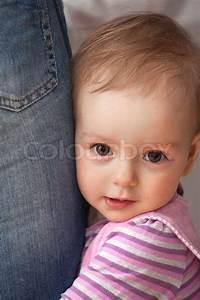 Baby Mit 1 Jahr : 1 jahr alt m dchen umarmt mann das bein stockfoto colourbox ~ Markanthonyermac.com Haus und Dekorationen