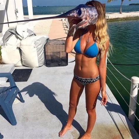 물고기로 장난을 치는 비키니 여성