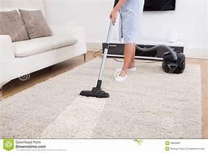 tapis de nettoyage de domestique avec l39aspirateur image With nettoyage tapis avec canapés ricardo