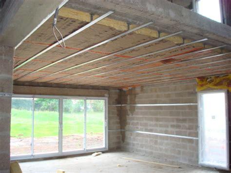 chambre avec plafond en pente isolation du plafond sous un plancher eveno isolation