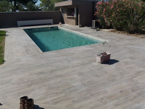 plage de piscine en carrelage les crit 232 res pour bien choisir votre carrelage pour piscine decoration maison