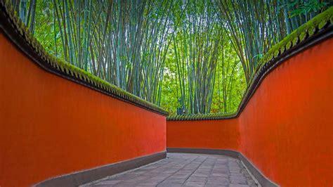 Allée Aux Murs Rouges Et Bosquets De Bambous Dans Le