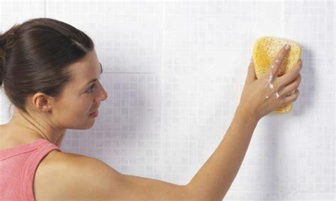 la mejor forma de limpiar los azulejos del bano