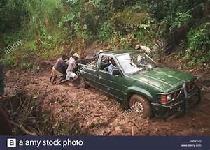 4x4 Dans La Boue : un 4x4 camion est aid de la boue sur la route de montagne dans la r gion de gurue mozambique ~ Maxctalentgroup.com Avis de Voitures