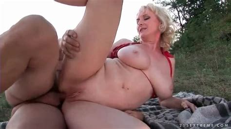 Curvy Mature Has Hot Anal Sex Outdoors