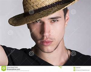 Chapeau De Paille Homme : jeune homme sexy touffant beau avec le chapeau de paille ~ Nature-et-papiers.com Idées de Décoration