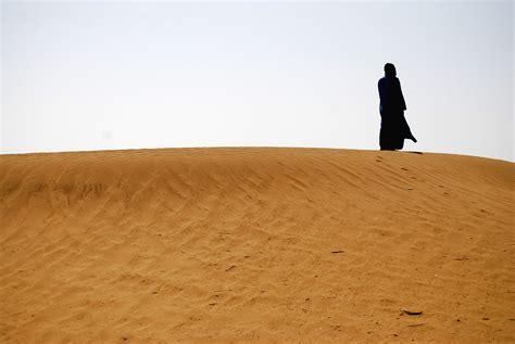 siege nomade b morocco nomade nomade saharien sur une dune
