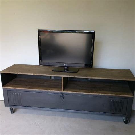 meuble tv industriel avec ancien vestiaire et niche pour