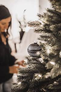 Künstlicher Weihnachtsbaum Geschmückt : ein k nstlicher weihnachtsbaum zieht ein aufbau vorteile und schmuck unseres baums julies ~ Yasmunasinghe.com Haus und Dekorationen