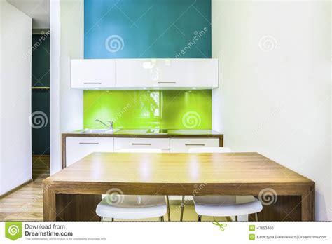 h el dans la chambre kitchenette verte dans la chambre d 39 hôtel photo stock