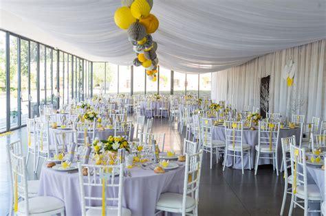 mariage jaune gris  blanc decoration dune tente pour