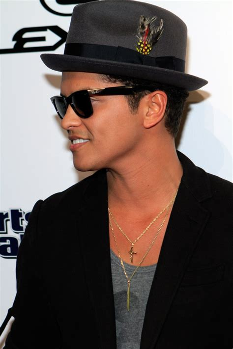 The Rumor Come Out Does Bruno Mars Is Gay?  Bruno Mars