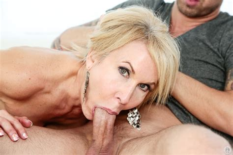 Erica Lauren Proves Milfs Give The Best Blowjobs 1 Of 2