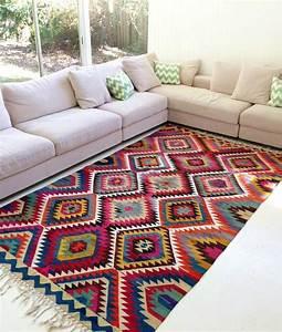 Tapis salon tendance en 55 idees de formes tailles et for Tapis kilim avec canapé d angle taille