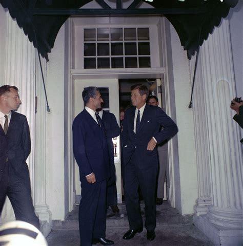 kn  president john  kennedy bids farewell