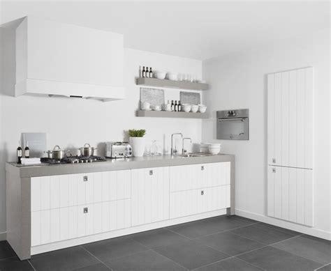 witte keuken met grijs blad mooi contrast tussen het donker grijze werkblad en de