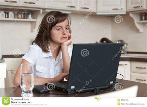 casa e affari persona annoiata e stanca di affari lavora a casa