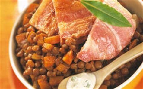 cuisiner poitrine de porc recette poitrine de porc rôtie sauce bleu et lentilles