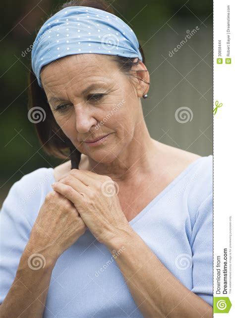traurige frauen bilder traurige einsame reife frau im leid und in der krise stockfoto bild schmerz stirnband