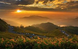 Great golden sunset in the mountains wallpaper