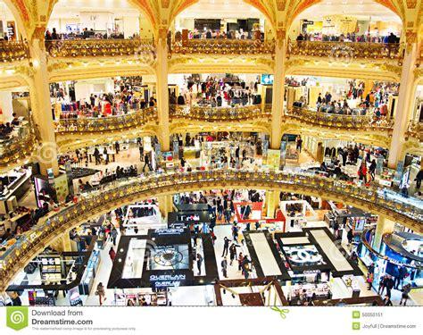 si e social galeries lafayette centro commerciale di lusso parigi fotografia editoriale