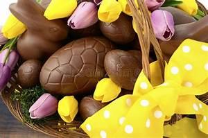 Panier Oeufs De Paques : panier de chocolat de p ques des oeufs et des lapins image stock image du lumineux oeufs ~ Melissatoandfro.com Idées de Décoration
