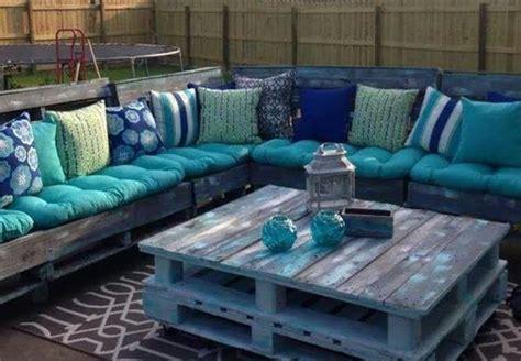 canapé avec palette bois les palettes réinventent le mobilier de jardin