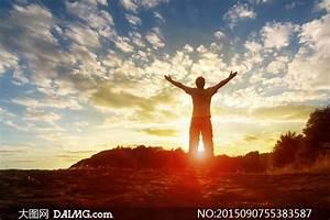 张开着双臂拥抱阳光的男人高清图片 - 大图网设计素材下载