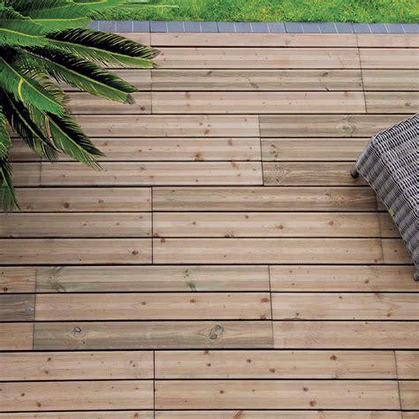 dalle en bois pour terrasse terrasse le match lames en bois vs dalles en bois