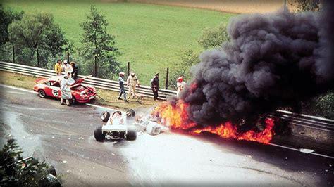 1975 gab lauda im nochmals weiterentwickelten modell ferrari 312t (nun mit quer eingebautem getriebe) des konstrukteurs mauro forghieri mit fünf saisonsiegen den ton an und fuhr unter anderem als erster und einziger fahrer auf dem damals 22,8 km langen nürburgring im training zum großen preis von deutschland mit 6:58,4 minuten eine zeit von unter sieben minuten. Vor 42 Jahren: Niki Lauda überlebt FormelInferno am ...