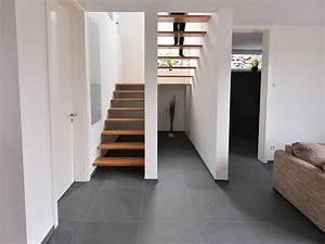 Eingangsbereich Haus Neu Gestalten : die gro formatigen schiefer fliesen passen perfekt zu ~ Lizthompson.info Haus und Dekorationen