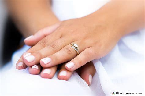 wedding rings in hands elsoar