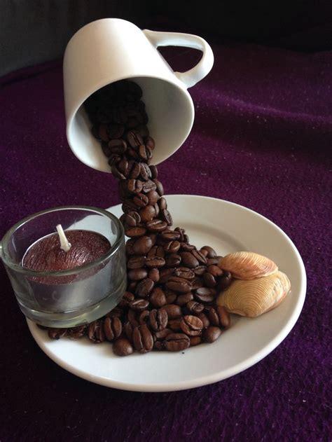 schwebende tasse mit kaffeebohnen kaffeebohnen