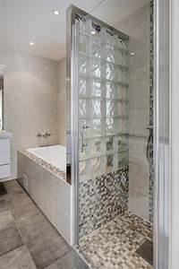 petite salle de bains avec baignoire douche 27 idees With porte de douche coulissante avec mosaique pate de verre salle de bain
