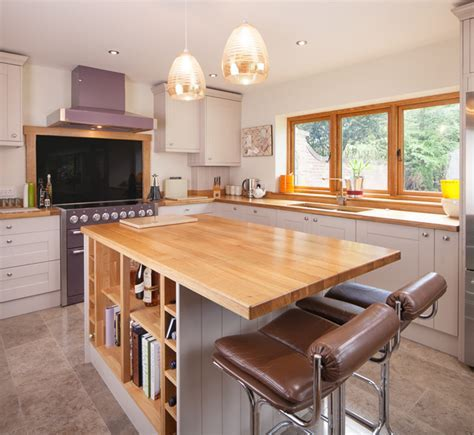 Stylish Breakfast Bars in Solid Wood Kitchens: Our Top