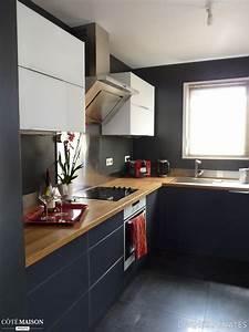 dans cette petite cuisine le bois et la couleur sombre du With petite cuisine en bois