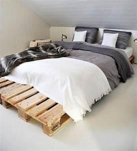 Kleines Schlafzimmer Mit Dachschräge : diy bett als doppelbett aus paletten f r kleine schlafzimmer mit dachschr ge freshouse ~ Bigdaddyawards.com Haus und Dekorationen