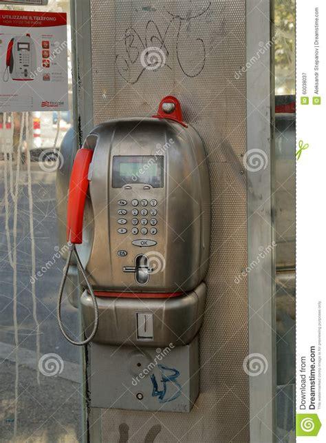 cabine telecom cabine t 233 l 233 phonique telecom italia dans une cabine de