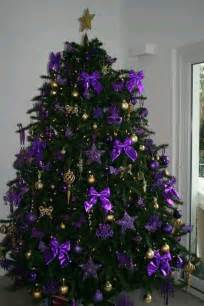 christmas tree decorated in purple no 235 l en mode violet christmas tree purple christmas and xmas