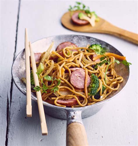 recettes de cuisine au wok wok de nouilles sautées à la saucisse de montbéliard les