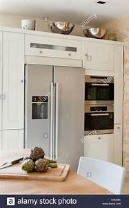Bosch Kühlschrank Mit Gefrierfach : bosch k hlschrank mit gefrierfach in einem arthur bonnet k che mit miele mikrowelle stockfoto ~ Yasmunasinghe.com Haus und Dekorationen