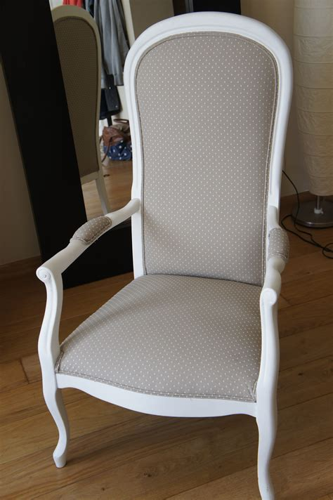 tapisser un fauteuil voltaire fauteuil voltaire gris pois blancs fauteuil voltaire